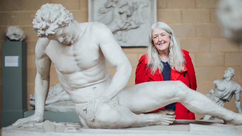 Hur har målare och skulptörer avbildat den nakna kroppen genom tiderna? Provokation eller lockelse? Här möter vi människan både som upphöjt ideal och som kittlande erotik.