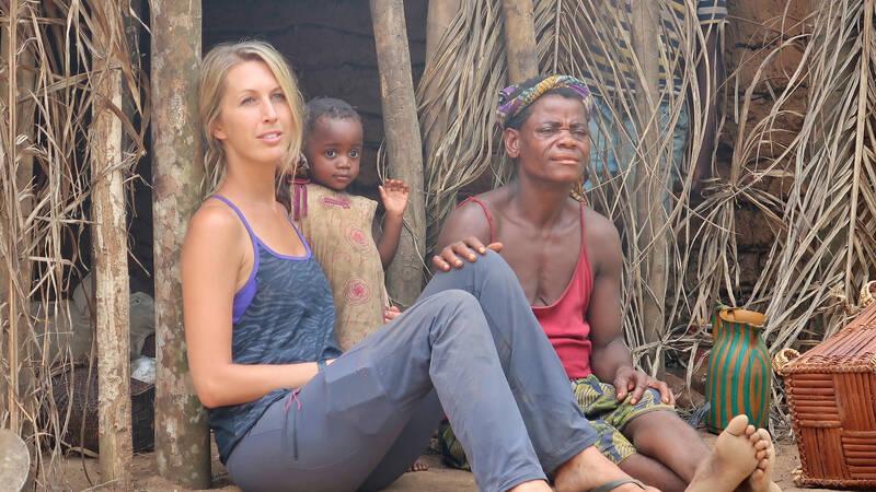 Mbendjelefolket har sedan urminnes tider levt i hjärtat av regnskogen, avskurna från omvärlden och i harmoni med naturen. Filmaren Livia Simoka blir välkomnad att leva sida vid sida med byborna under fem månader, där hon upptäcker både slående likheter men även stora skillnader med vår västerländska kultur.