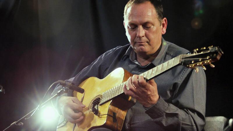 Under temat Minnen av Django Reinhardt rundar vi av musikkvällen med en timmes skön gitarrjazz. Bland annat musik som kapellmästaren, Stochelo Rosenberg, skrev till filmen Django 2017.