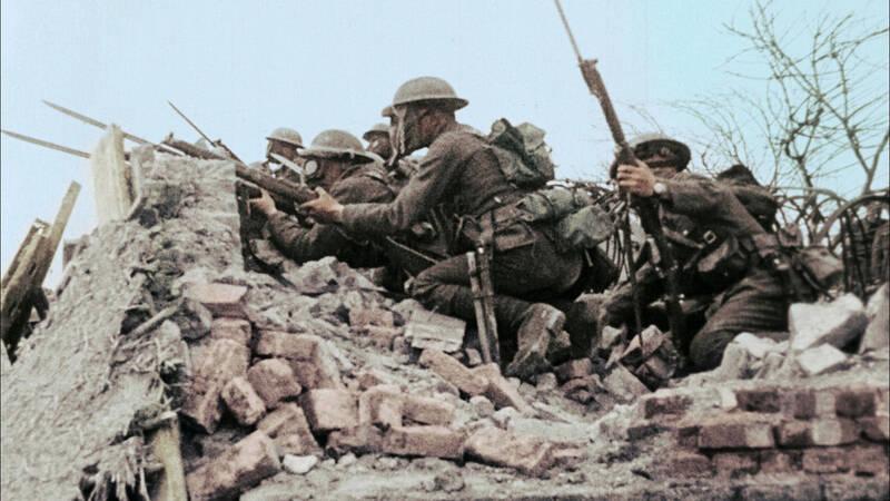 Tre soldater i fronten. En av dem har blodigt bandage i ansiktet. - Världens undergång: Första världskriget