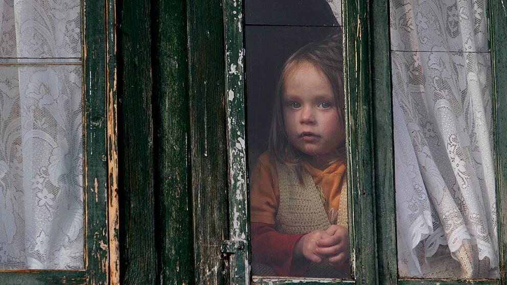 I Sverige lever 7,3 procent av barnen under den nationella fattigdomsgränsen