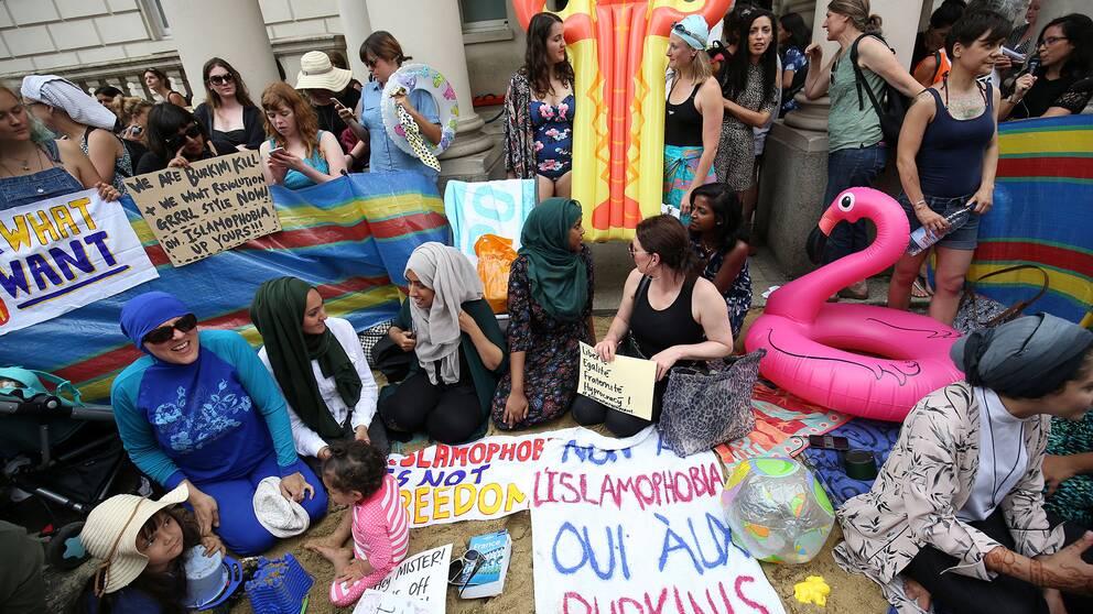 Kvinnor demonstrerar utanför franska ambassaden i London.