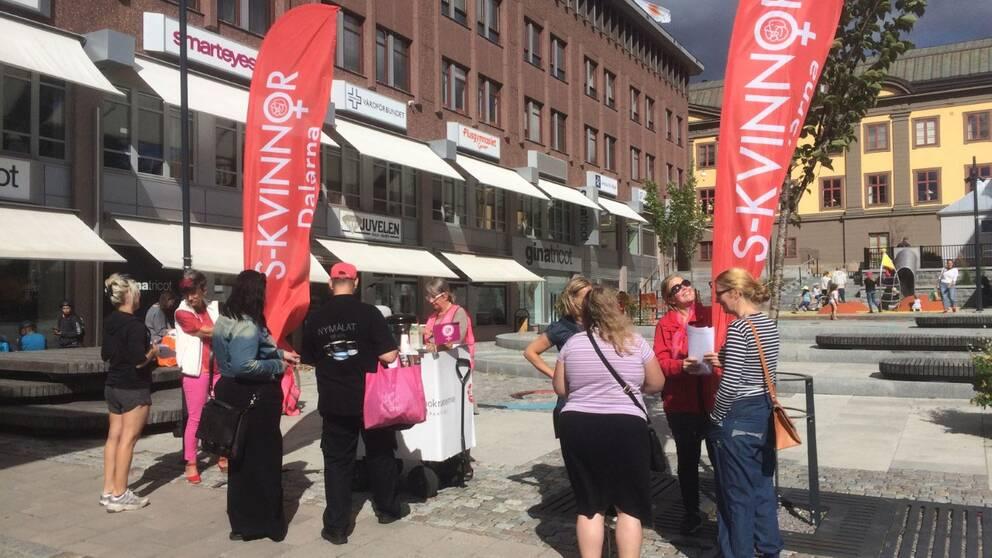 S-kvinnor manifesterar i Falun under lördagen.