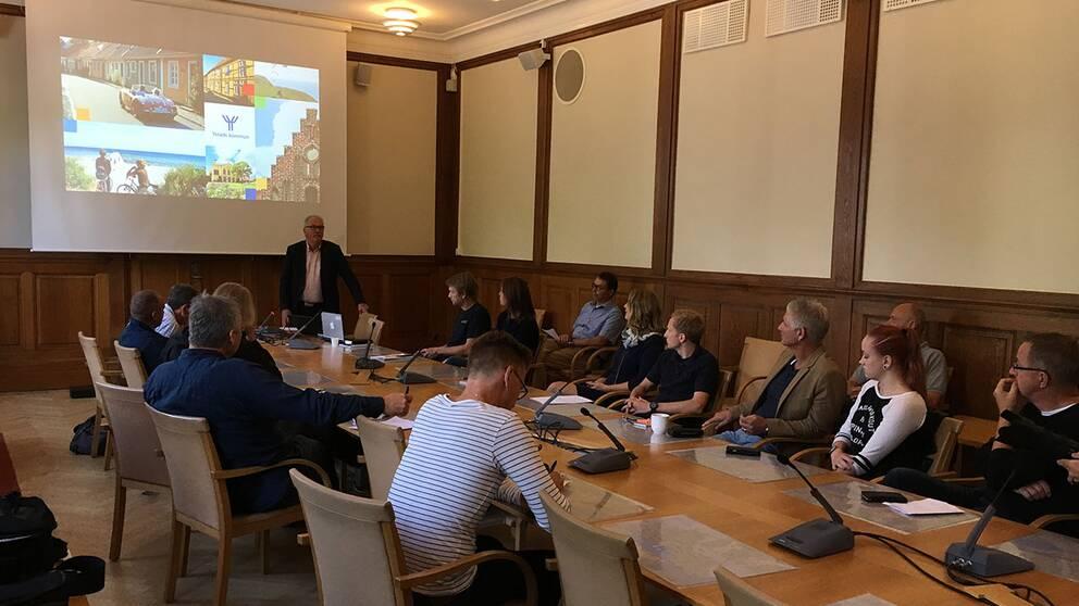 Onsdagens presskonferens om valen. Kent Mårtensson talar.