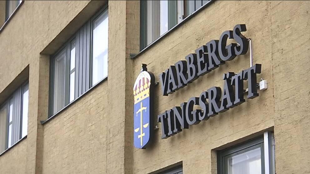 """Bild på husfasad med texten """"Varbergs tingsrätt"""""""