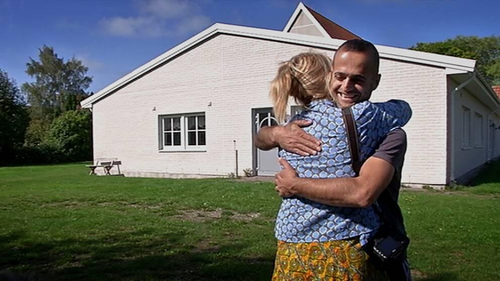 Kvinna kramar om asylsökande