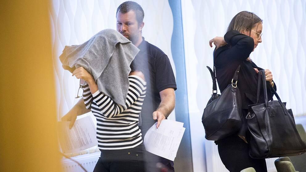 41-åriga kvinnan täckt med grå tröja
