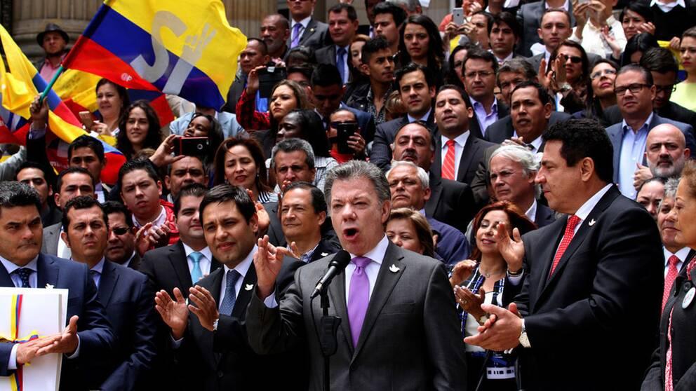 Colombias president Juan Manuel Santos i samband med att han överlämnade det fredsavtal som slutits med Farc till kongressen.
