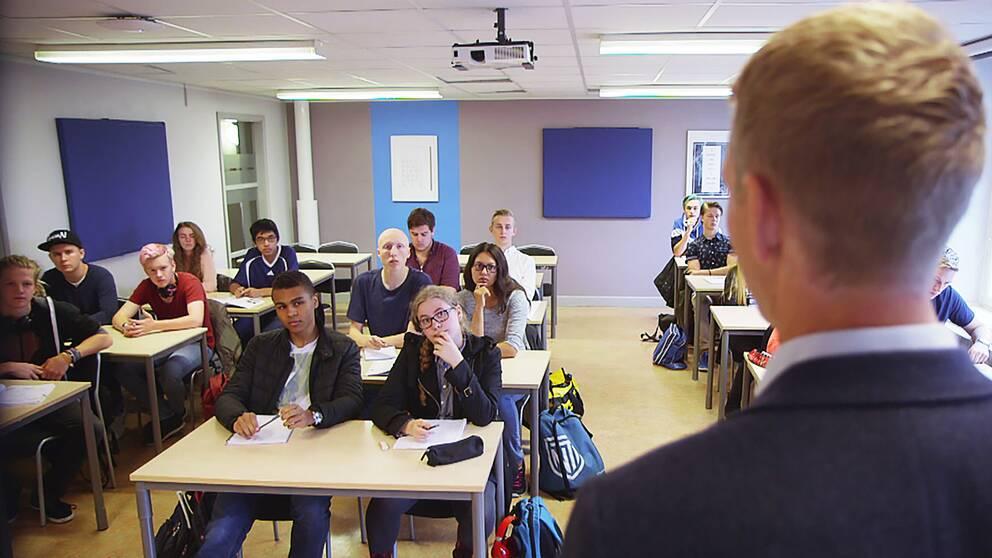 Undervisning på NTI-gymnasiet. Klassrum, elever, lärare, gymnasium, skola, vinster i välfärden.