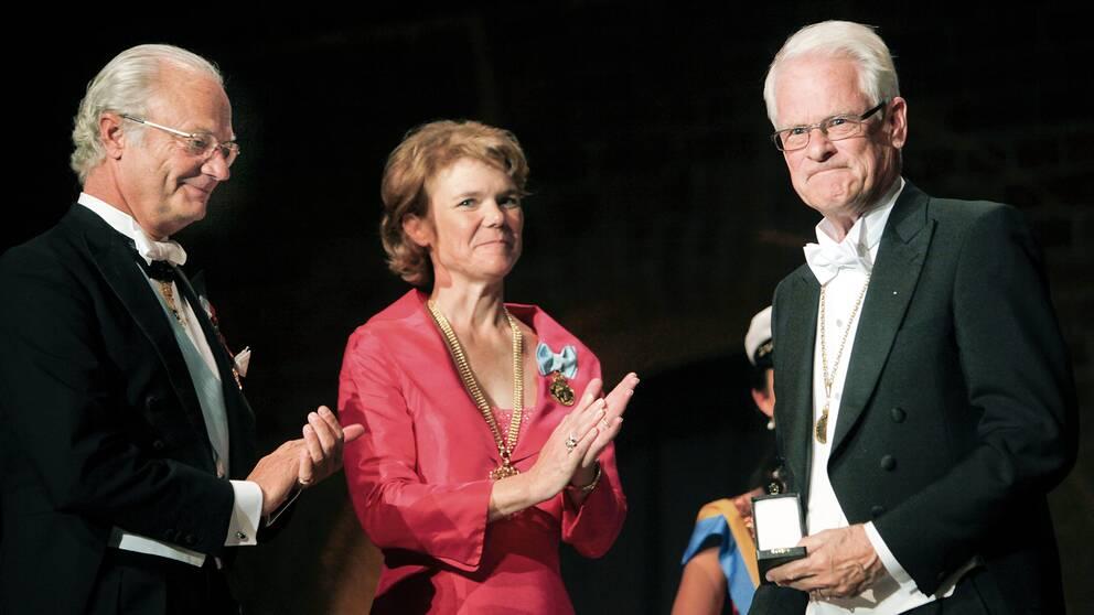 Kung Carl XVI Gustaf, till vänster, delar ut Karolinska institutets jubileumsmedalj i valören guld till Ingvar Carlsson för dennes insatser inom den medicinska forskningen. I mitten syns Harriet Wallberg Henriksson.
