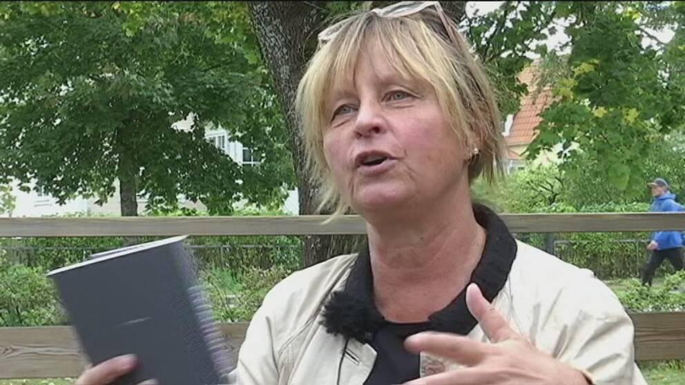 en medelålders kvinna som pratar