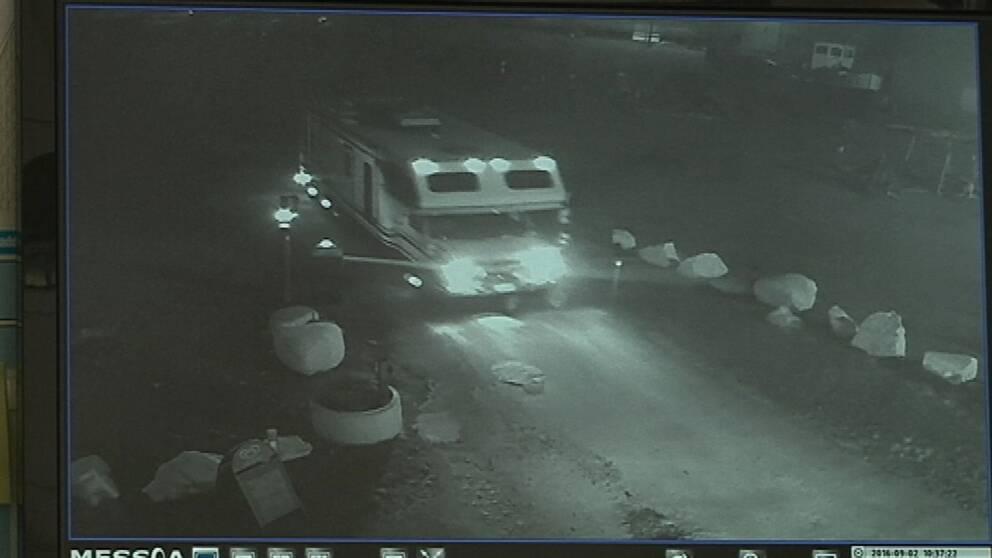 Övervakningsfilm som visar hur biltjuven kör rakt igenom en av bommarna på Slagsta marina.