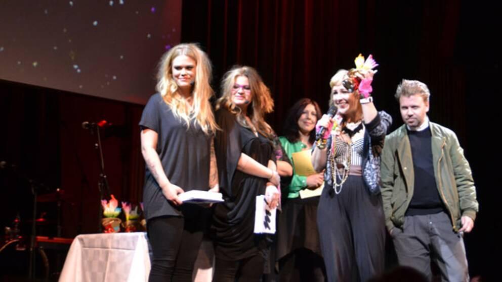 Niki & The Dove vann Årets pop. Här ihop med konferencier-duon Julia Frej och Kakan Hermansson (till vänster).