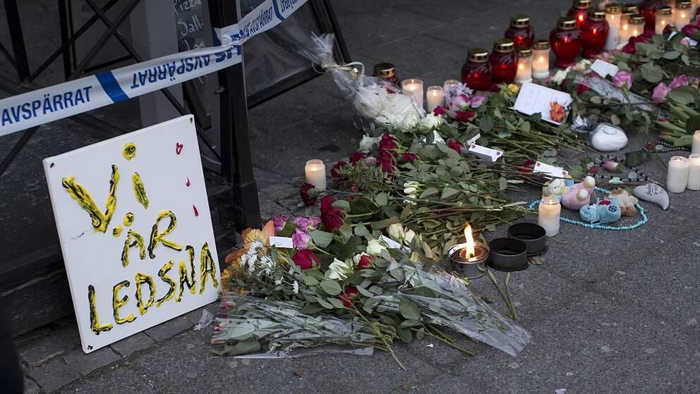 GÖTEBORG 2015-03-19 Blommor och ljus vid platsen för skottlossningen i en restaurang på Vårväderstorget i Biskopsgården i Göteborg. Två personer har avlidit av skottskador efter och polisen befarar att dödsiffran kan stiga. Foto: Björn Larsson Rosvall / TT / Kod 9200