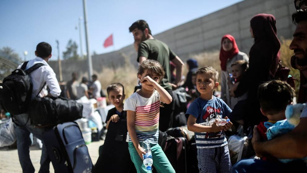 Syriska flyktingar vid den syriska gränsen nära staden Kilis i sydöstra Turkiet.