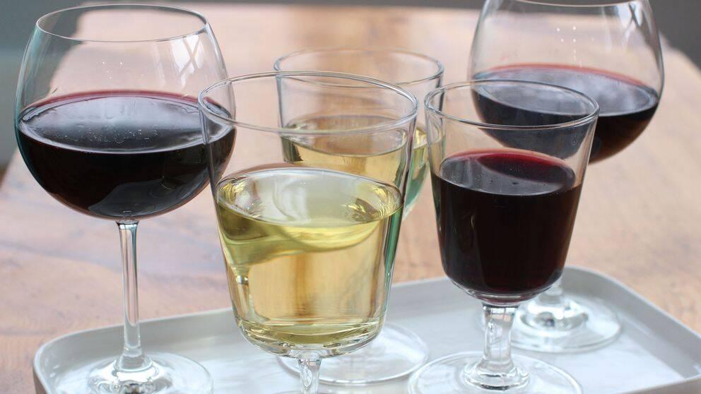 Glas fyllda med vin och sprit.
