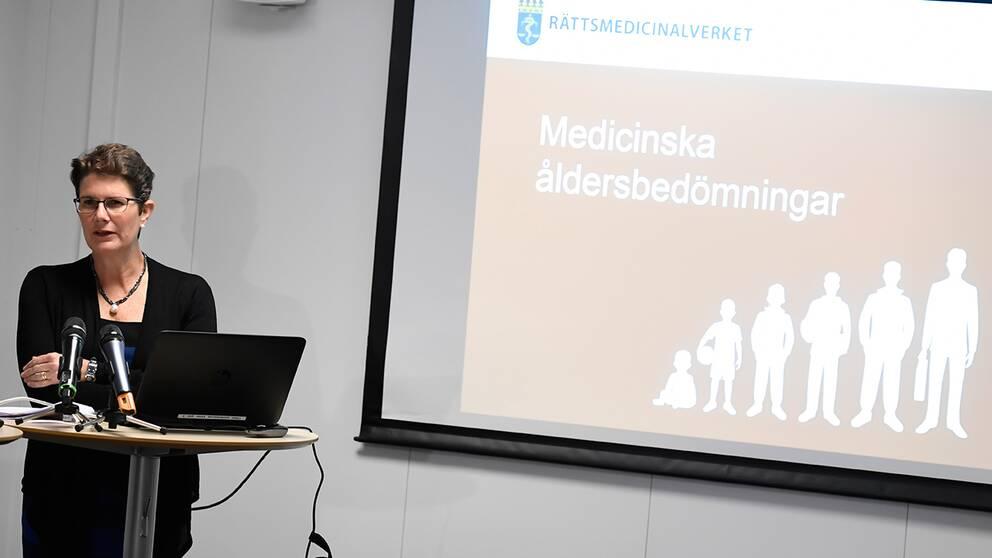 Monica Rodrigo, generaldirektör för Rättsmedicinalverket, redogör för hur medicinska åldersbedömnigar i asylärenden kan genomföras på en pressträff i Stockholm.