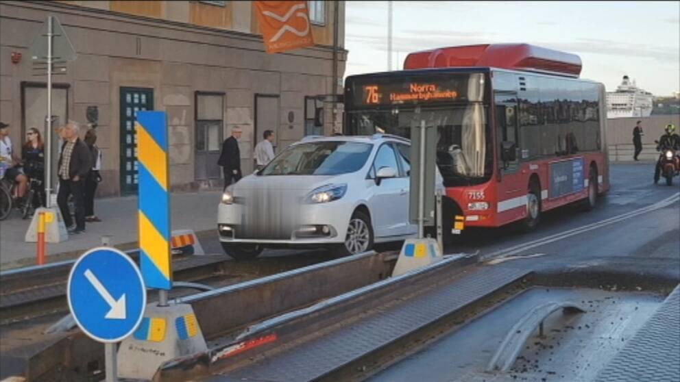 En bil som fastnat i ett spårviddshinder vid Slussplan sätter stopp för busstrafiken.