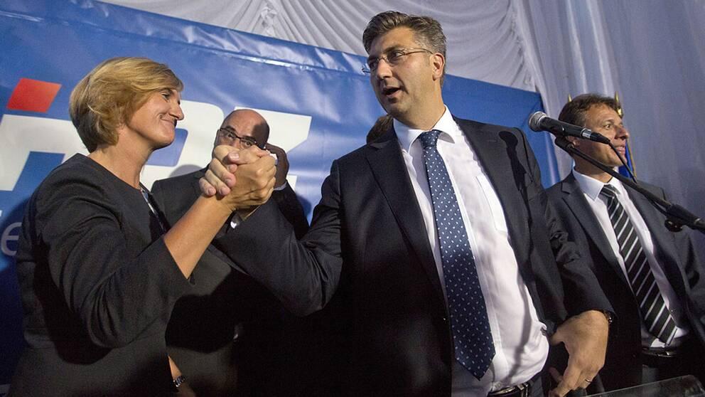 Ledare för HDZ firar valresultatet.