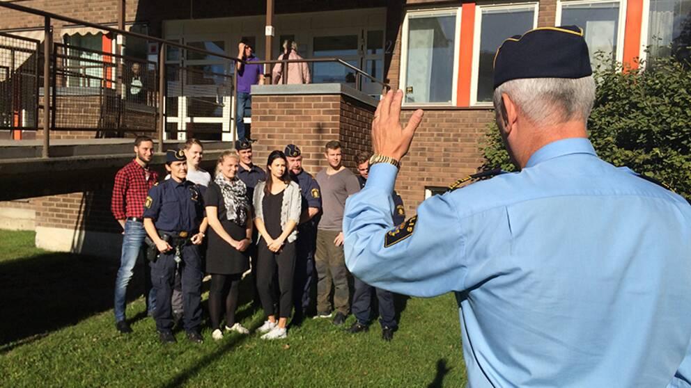 De nya polisstudenterna och deras instruktörer fotograferas av Mikael Hedström utanför polishuset i Söderhamn.