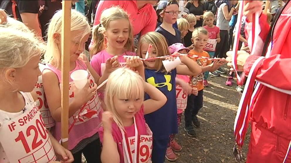 Medaljer delas ut till barnen i Karlslund.