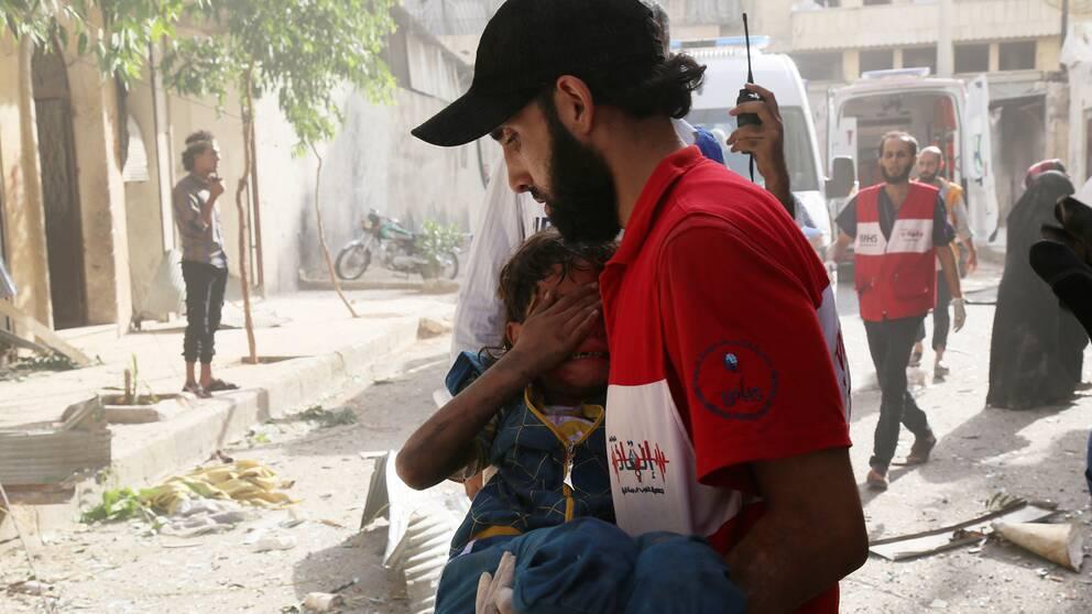Räddningsarbete efter en flygattack i Aleppo.