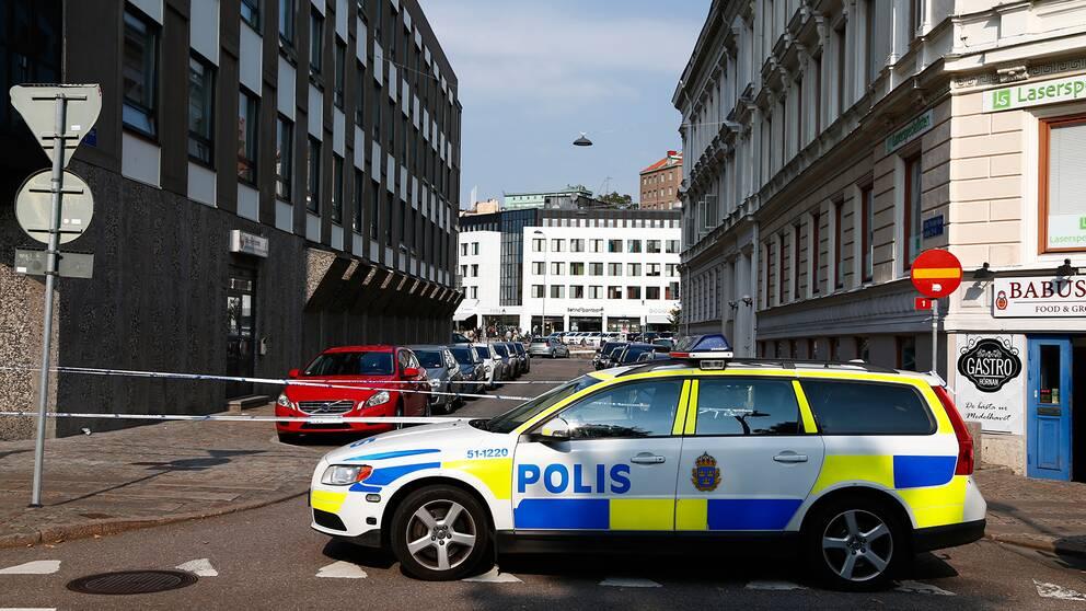Polisbil vid avspärrning.