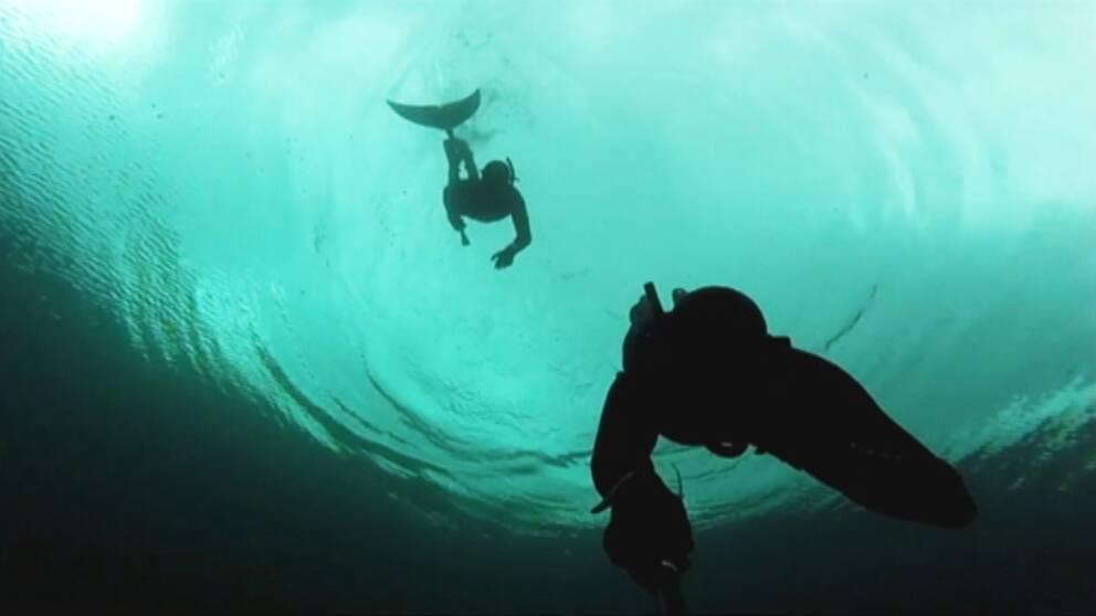 två dykare i vatten, bild från selfie-stick