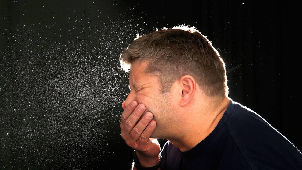 En man som nyser.