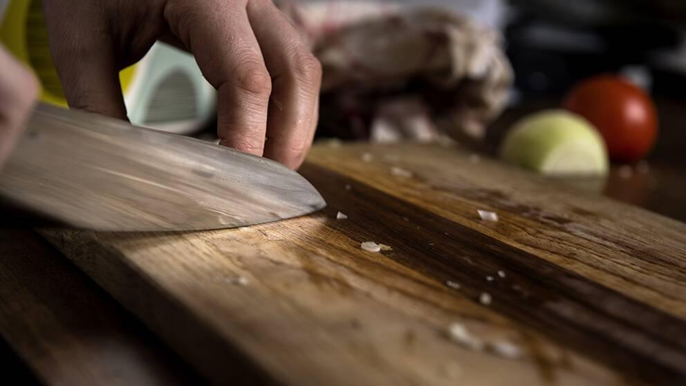 En kockkniv vid en skärbräda.