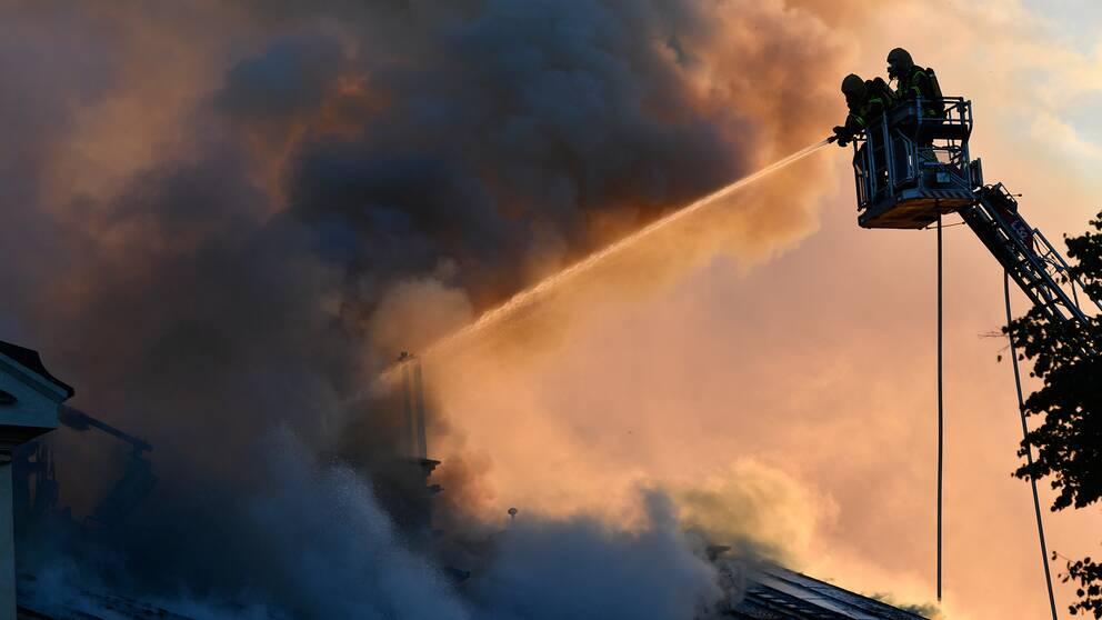 Brandmän i lyftkran