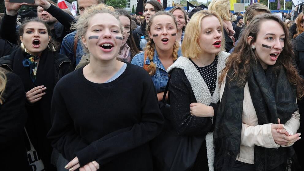 Motståndare till den hårda abortlagstiftningen demonstrerade utanför parlamentet när ytterligare inskränkningar i kvinnor rätt till sina kroppar debatterades.