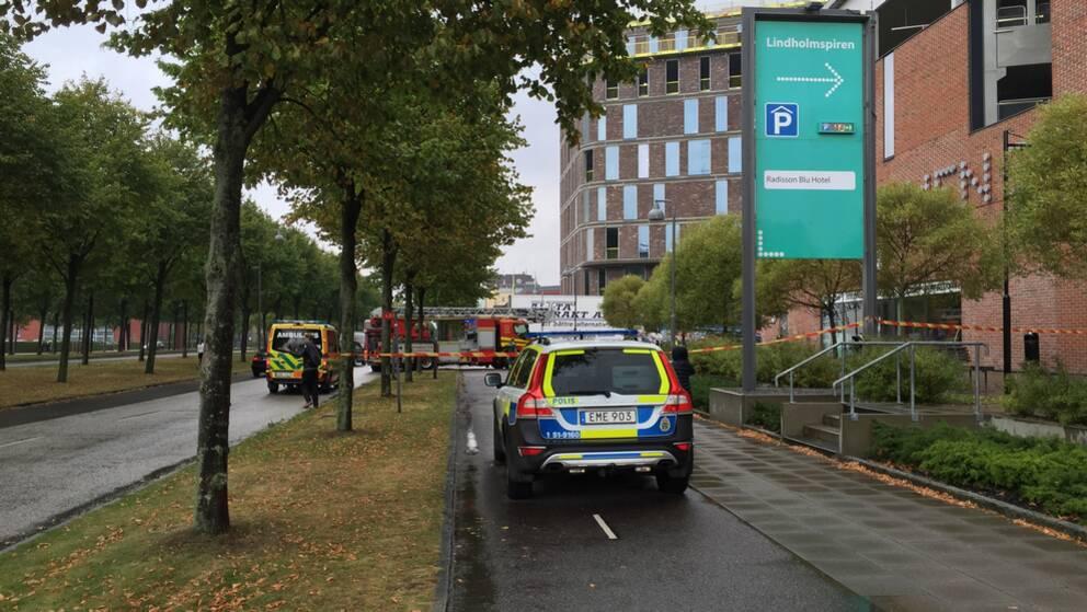En cyklist ska ha blivit påkörd av en lastbil på Hisingen.