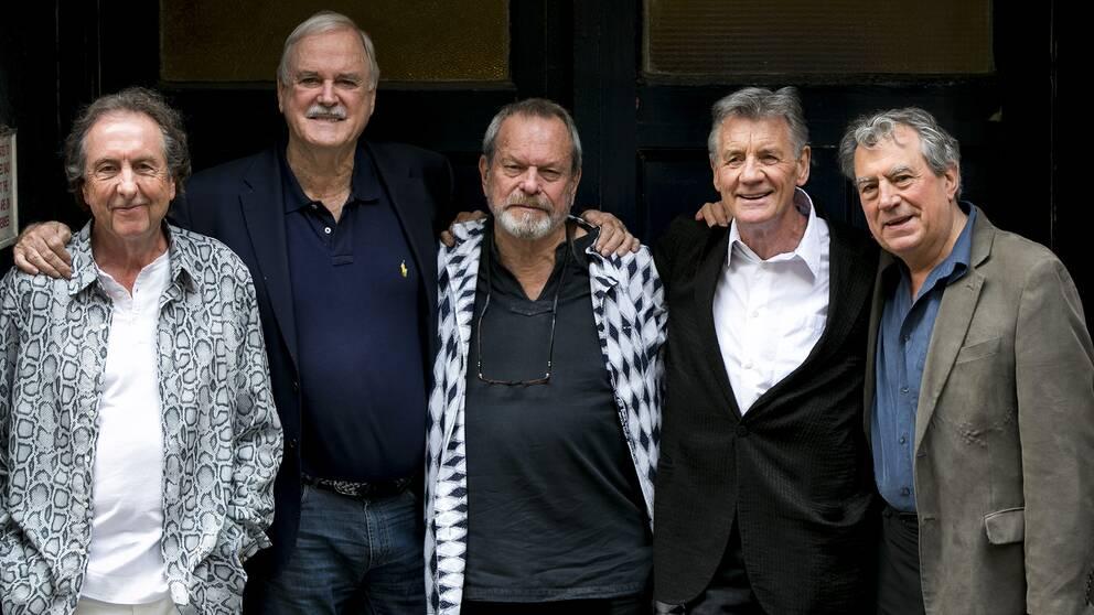 Terry Jones, längst till höger på bilden, är mest känd som en av medlemmarna i Monty Python tillsammans med Eric Idle, John Cleese, Terry Gilliam och Michael Palin.