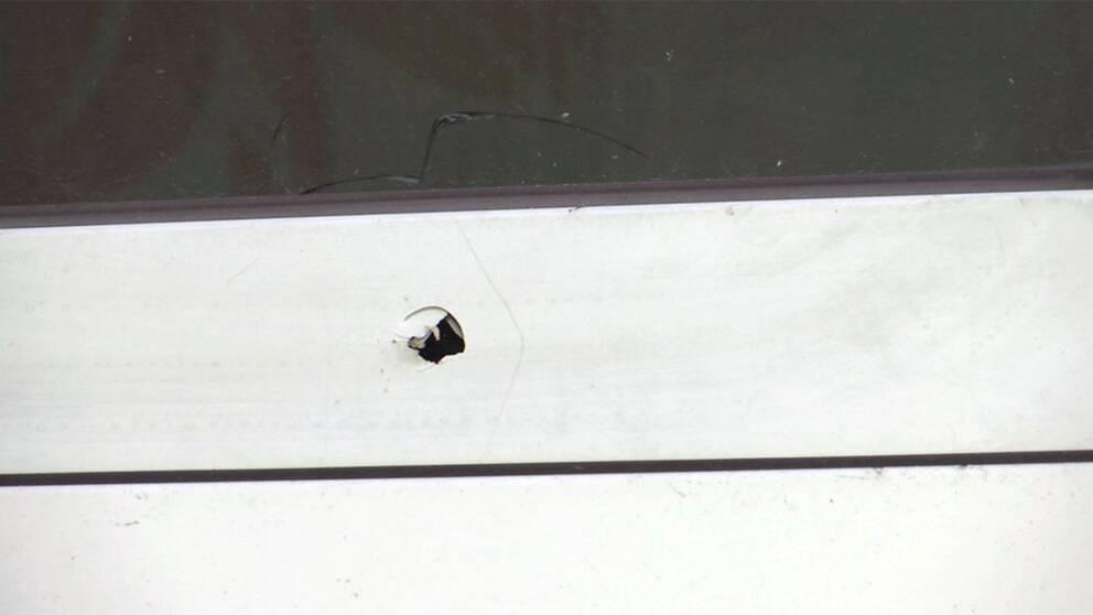 Ett av kulhålen efter söndagens skottlossning