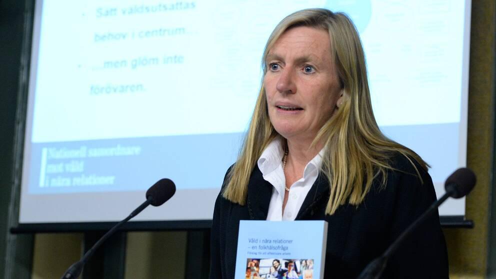 2014 var Carin Götblad regeringens nationella samordnare mot våld i nära relationer, och presenterade här sitt betänkande till dåvarande justitieministern Beatrice Ask (M).