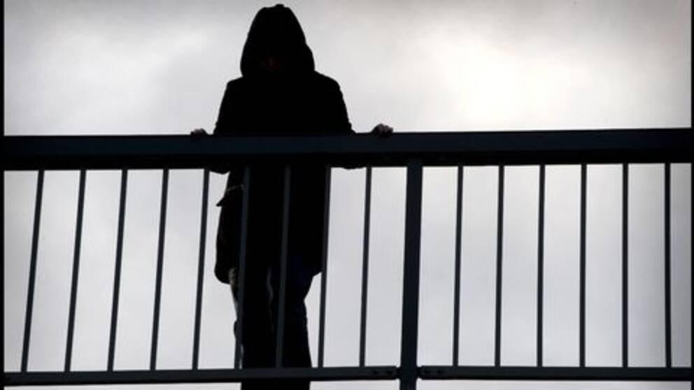 Kvinna på bro