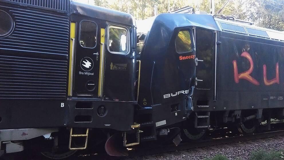 Loket och godståget har stött ihop, och det ena fordonet har plåtskador.