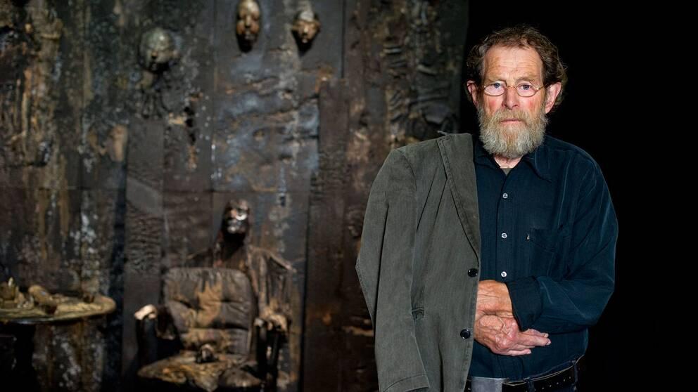 Roj Friberg framför sin installation utan titel som skapades för utställningen Helvete på Liljevachs 2011.