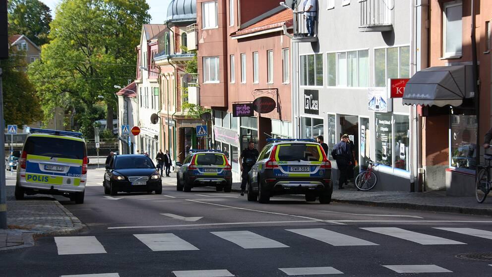 Polisbilar utanför butik i Ronneby