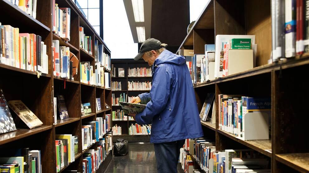Man läser i ett bibliotek i Oslo.