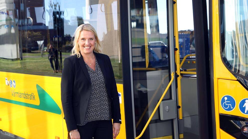 Jessika Lundgren framför en buss