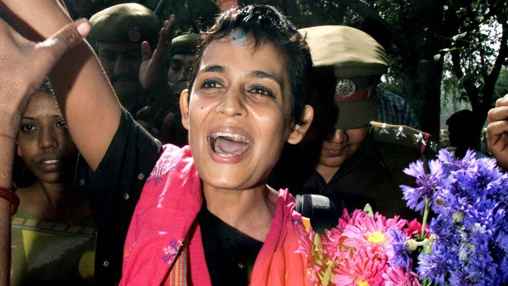 Arundhati Roy, 2002 efter att hon släppts ur Tihar fängelsert där hon avtjänat ett symboliskt straff på en dag för att ha trotsat domstolen.