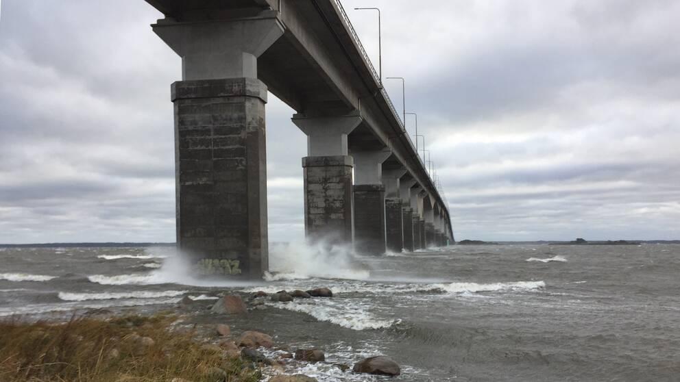 Vågorna går höga i Kalmarsund.