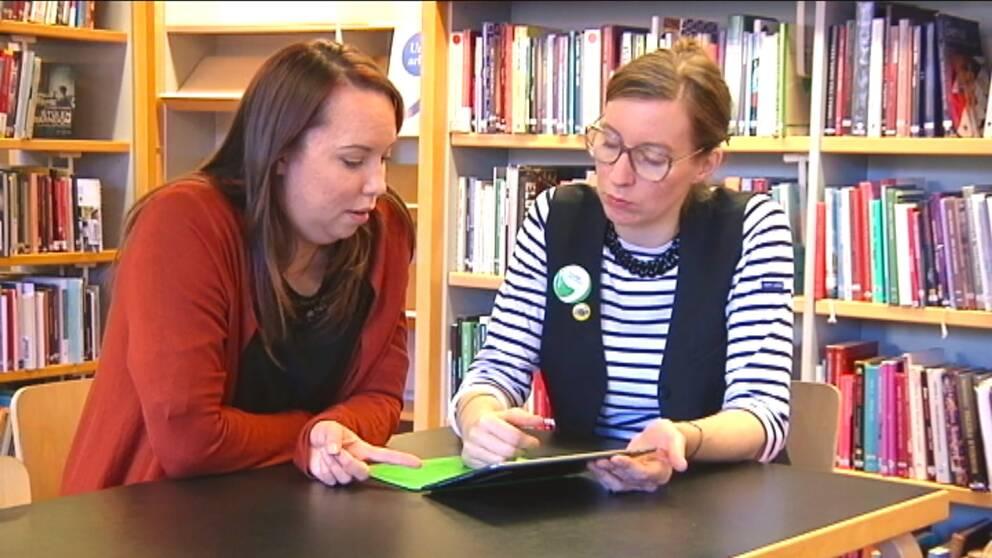 Studenten Lisa Lundqvist och bibliotekarien Cecilia Stiernstedt går igenom utbudet av digitala talböcker.