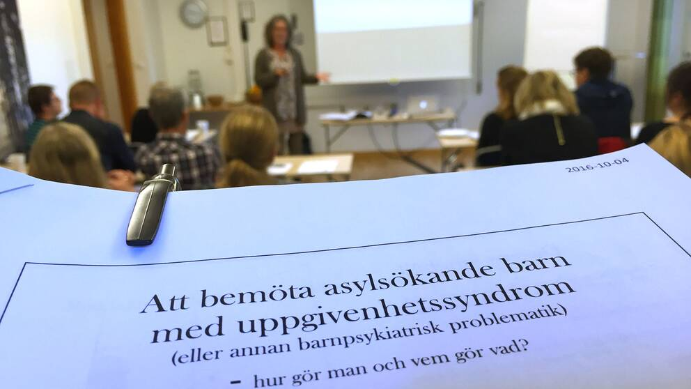 Konferens i Malmköping om apatiska flyktingbarn.