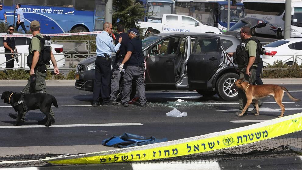 Poliser på plats efter skottlossningen.