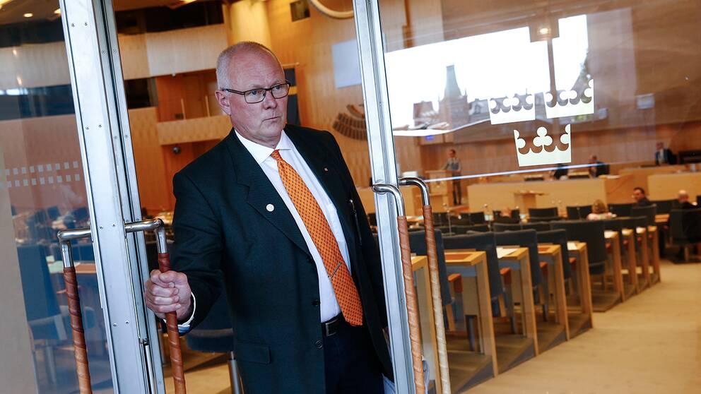 Finn Bengtsson (M) stänger riksdagsdörren. Arkivbild.