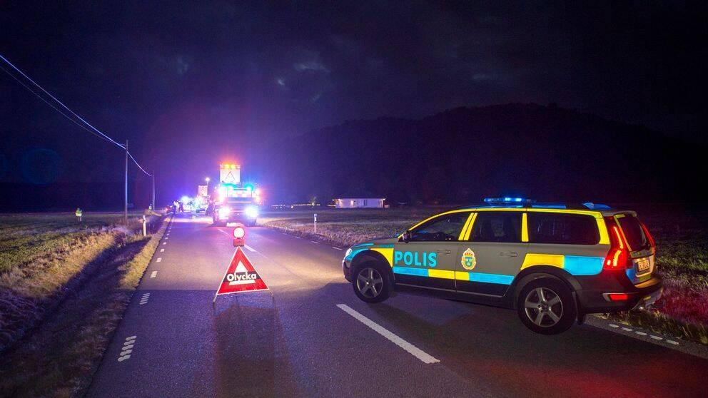 Vid halvsju-tiden skadades två personer efter en älgolycka på Marstrandsvägen utanför Kungälv.