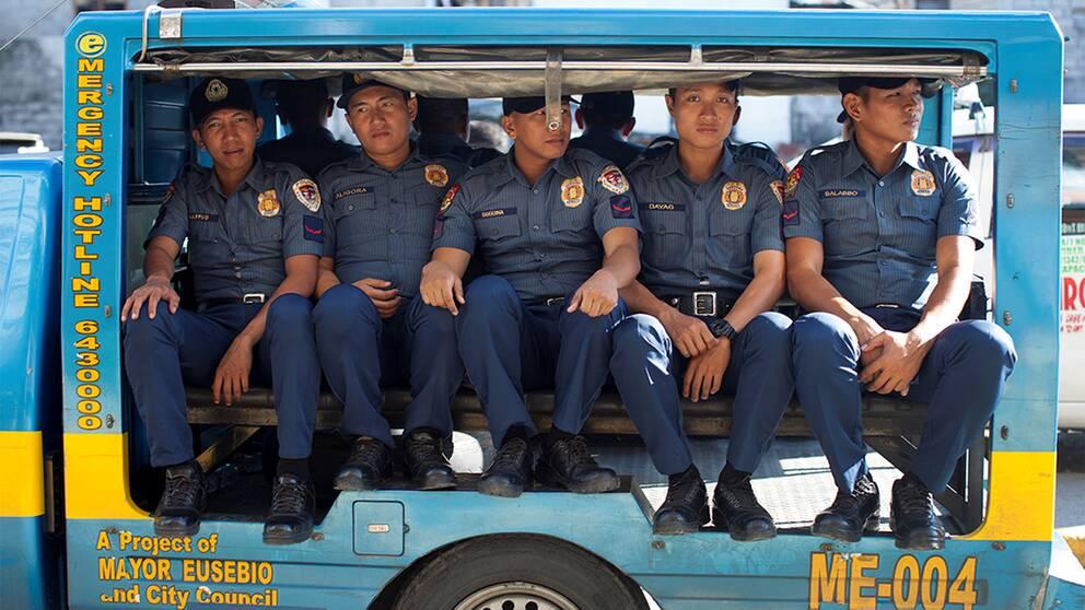 Filippinernas poliskår på 160000 man är inkallad och arbetar dag som natt med presidentens order. Hittills har 23447 polisoperationer genomförts. Än finns inga tecken på att kampanjen ska ta slut.